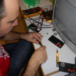 Sébastien tente la dissection du connecteur plastique moulé d'un gamepad Atari 7800