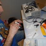 Sébastien en pleine injection de silicone dans un connecteur de gamepad Atari