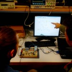 Thibault T. et Lionel B. autour d'un circuit de mesure de puissance