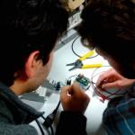 Etienne G. et Emmanuel V. au chevet d'un module de mesure de courant qui fait des signaux de fumée ;-)