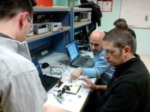 Adrien J. Mathieu A. et Georges T. autour d'un montage de pilotage d'afficheur LCD à segments via un RPi