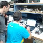 Mathieu A. et Adrien J. en plein reverse engineering d'un vieux radio réveil