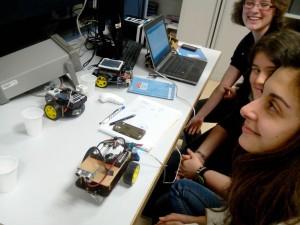 Visite de lycéennes travaillant sur un TPE autour de l'autonomie des robots