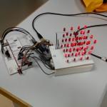 Un cube à Led 4x4x4 rouge utilisé comme moniteur d'un jeu de la vie en 3D