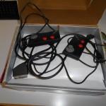 Manettes Atari, dont une avec un connecteur réparé.