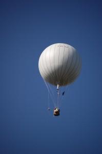 Vers l'infini et au délà ! Le ballon à gaz emmene avec lui Firefly26, suspendue à gauche